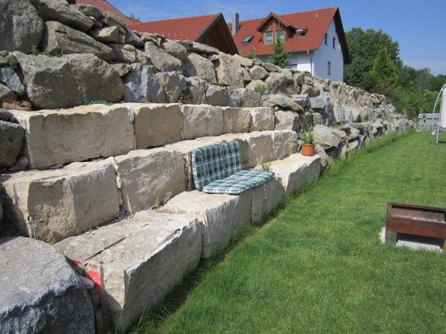 natursteinmauer aus findlinge nordhang gartenbilder. Black Bedroom Furniture Sets. Home Design Ideas
